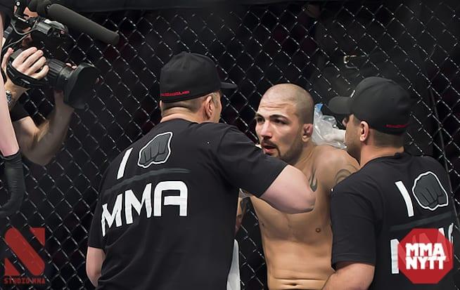 """""""Akira"""" i rondpausen under matchen mot Robbie Peralta i Globen. Foto: Micha Forssberg"""