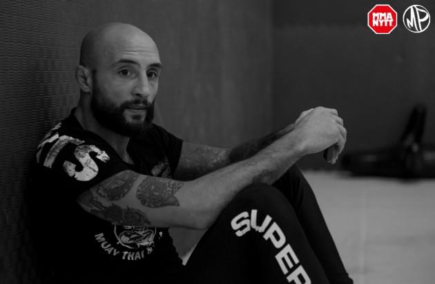 Martin Akhtar vinner på submission i första ronden