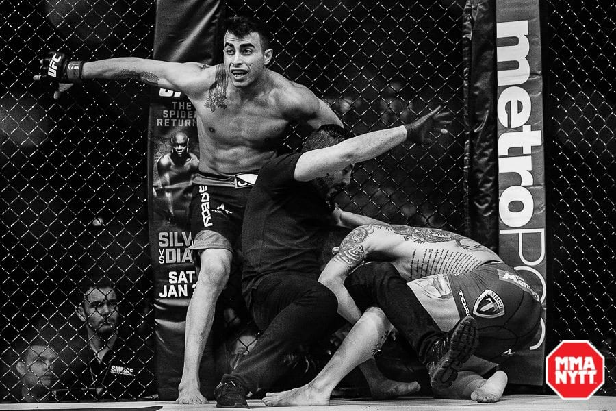 Amirkhani i glädjens ögonblick, efter att ha besegrat Andy Ogle i sin UFC-debut på Tele2 Arena i Stockholm. Som man ser på bilden blev Ogle förvirrad nog att försöka gå på nedtagning mot domaren. Foto: Martin McNeil