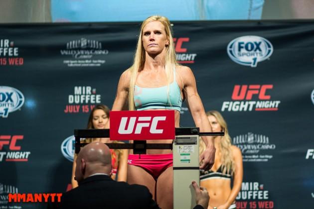 Följ den ceremoniella invägningen med staredowns inför UFC 208 LIVE kl. 00.00!