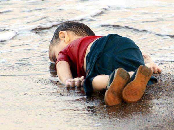Aylan Kurdi, den lilla syriska pojken som väckte reaktioner över hela världen. Han är en av flera tusen som drunknat i Medelhavet under flykt.