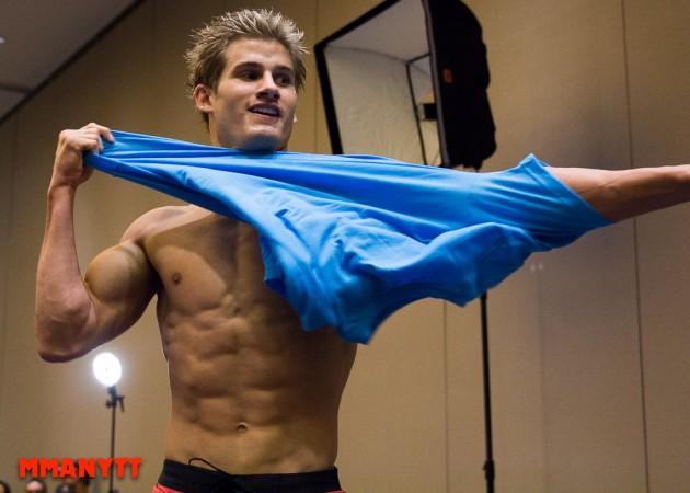 Sage Northcutt drar sig ur TriStar Gym innan matchen mot Cody Pfiser på UFN 80