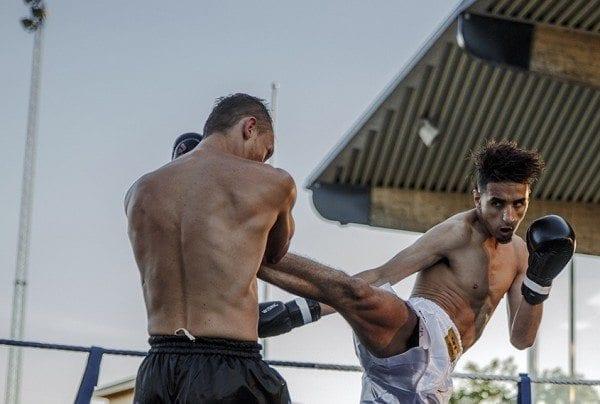Bougamza slänger iväg en spark mot Tofan Pirani i matchen om WKN-titeln i superfjädervikt.