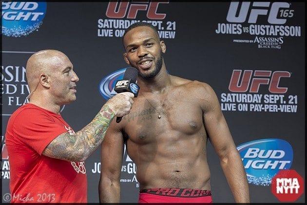 Jones intervjuas av Joe Rogan inför matchen mot Alexander Gustafsson på UFC 164 i Toronto.