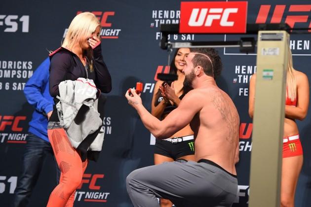 Video: Fighter friar till sin flickvän innan han väger in sig för UFC Fight Night 82