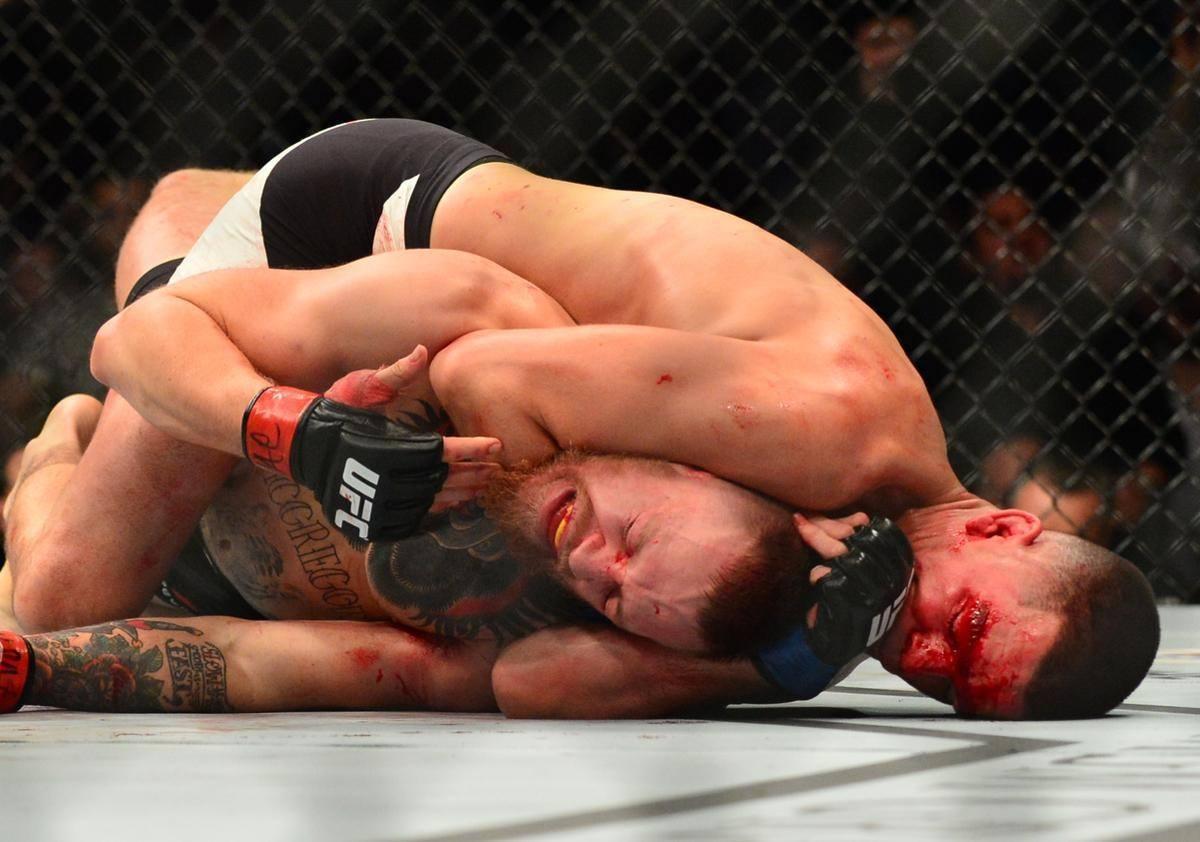 Matchen började bra för McGregor, som tog hem den första ronden och fick Diaz att blöda en hel del från ögat. I den andra ronden prickades han dock av ett par smällar som skakade honom, innan han sedan hamnade på marken och blev utstrypt.