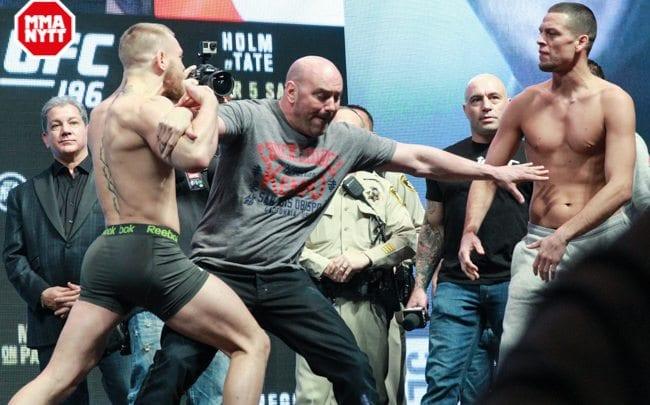 Invägningens staredown mellan McGregor och Diaz. Självfallet blev det en livlig sådan. Foto: Mazdak Cavian