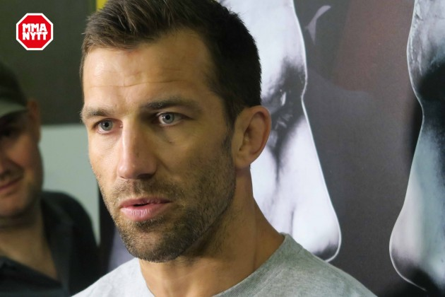 Luke Rockhold anser sig vara underbetald av UFC, överväger modellkarriär